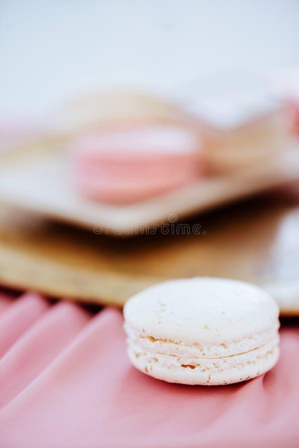 Macaron multicolore d'un plat image stock