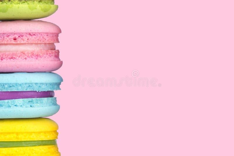 Macaron multicolore sur le fond de couleur de rose en pastel, l'espace de copie photos libres de droits