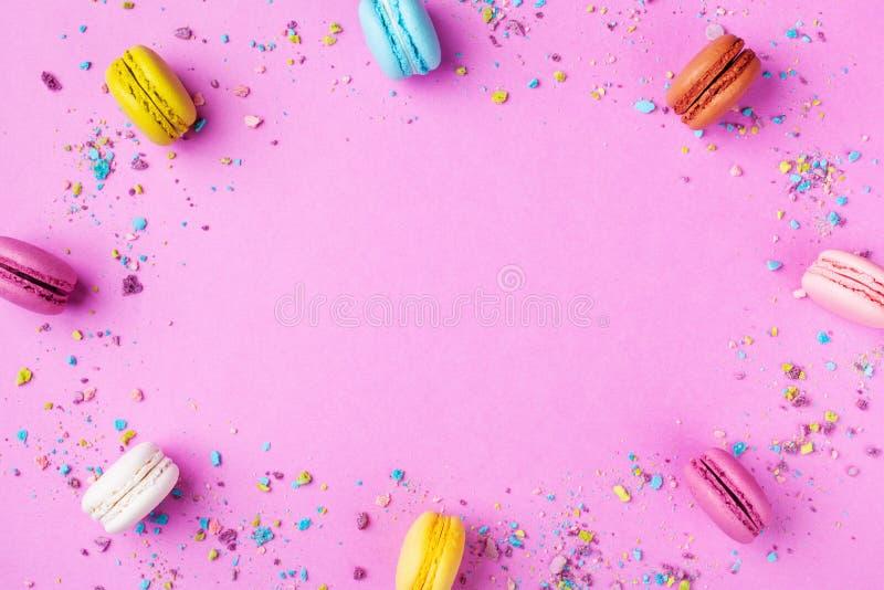 Macaron o macarrones coloridos en la opinión de top dinámica rosada del fondo estilo plano de la endecha foto de archivo libre de regalías