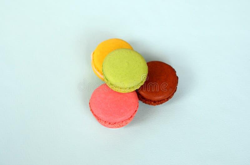 Macaron o macarrones de la torta del postre en fondo azul en colores pastel de moda Galletas coloridas sabrosas de moda imagen de archivo libre de regalías
