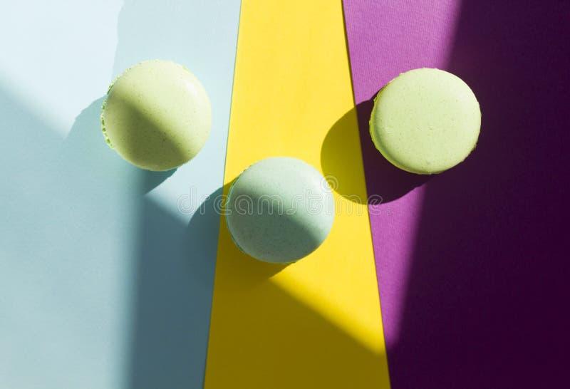 Macaron o macarrones de la torta desde arriba, galletas de almendra coloridas, colores en colores pastel imagenes de archivo