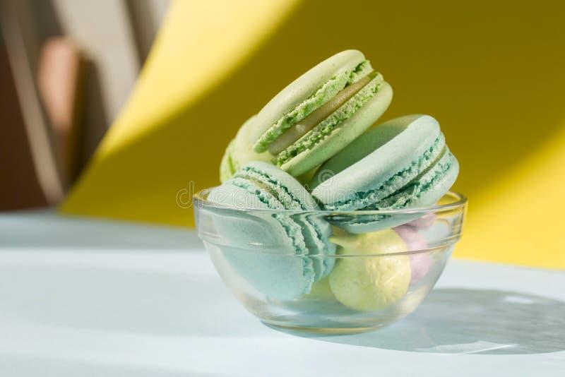 Macaron o macarrones de la torta desde arriba, galletas de almendra coloridas, colores en colores pastel fotografía de archivo