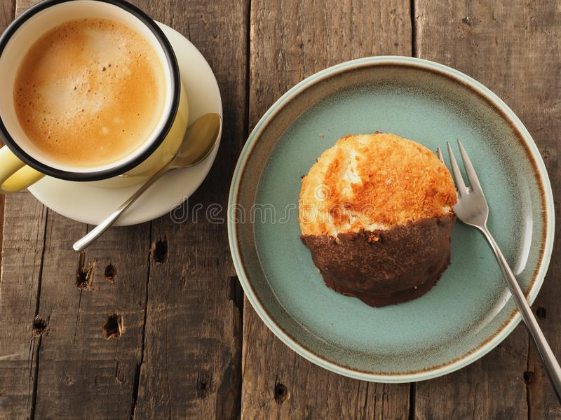 Macaron organique savoureux avec la tasse de café images libres de droits
