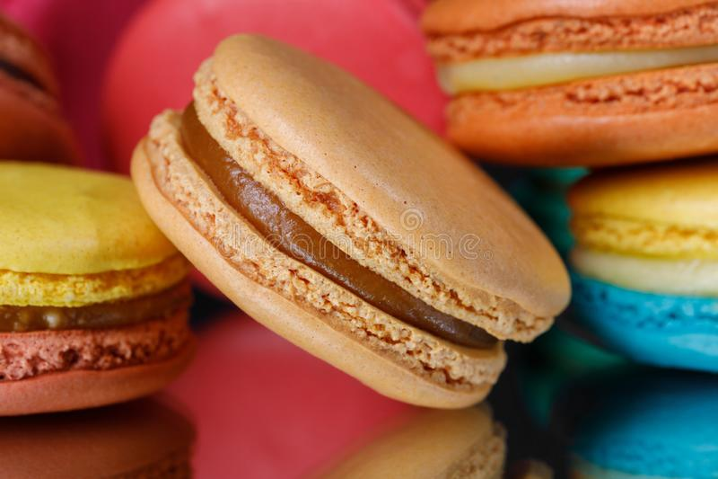 Macaron ou bolinho de amêndoa do bolo isolado no fundo preto sobremesa doce e colorida imagem de stock royalty free