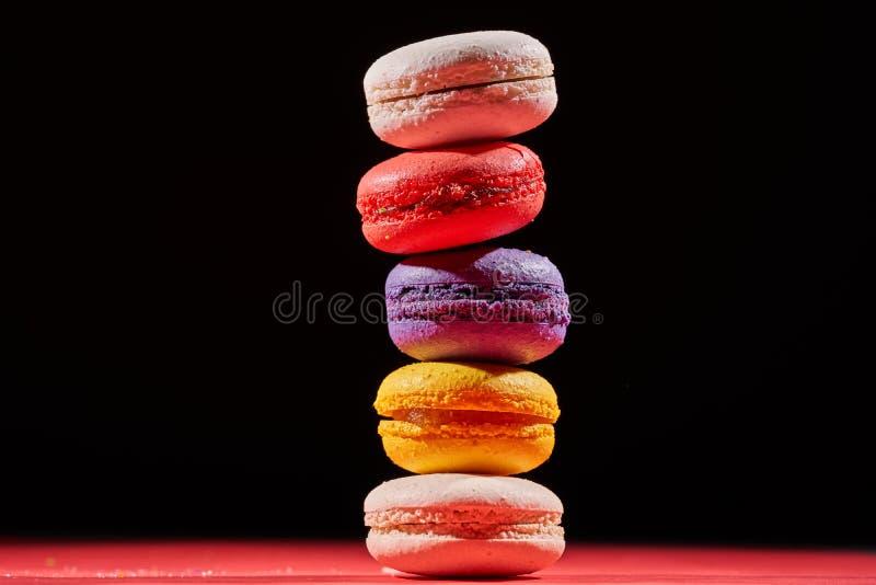 Macaron ou bolinho de amêndoa do bolo no fundo preto de, cookies de amêndoa coloridas foto de stock royalty free
