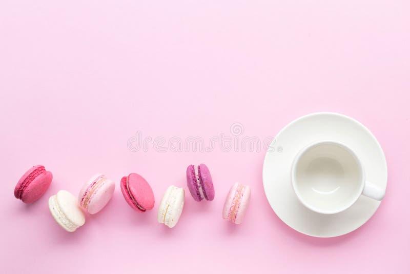 Macaron ou macaron coloré de gâteau d'isolement au-dessus du fond de rose en pastel Vue supérieure images stock