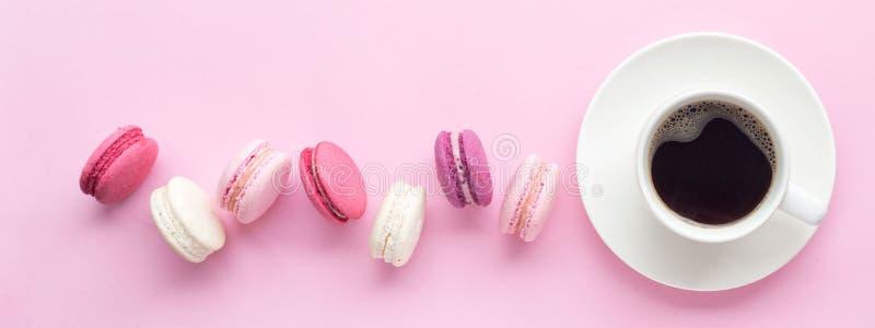 Macaron ou macaron coloré de gâteau d'isolement au-dessus du fond de rose en pastel Vue supérieure photographie stock libre de droits