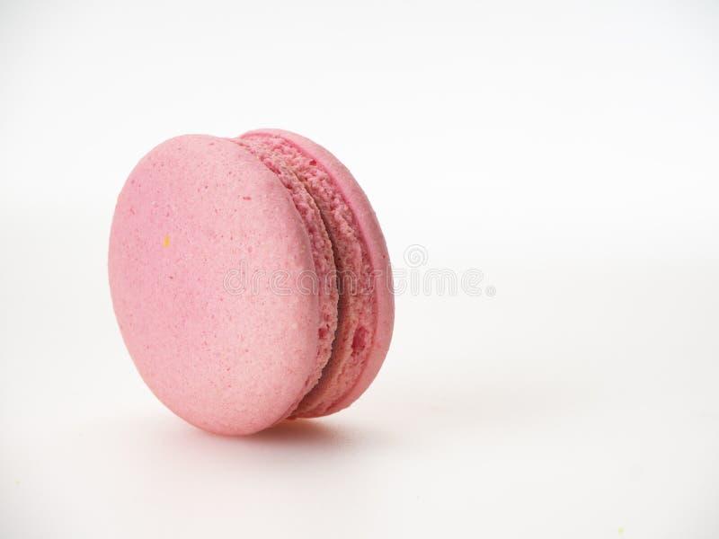 Macaron rose sur le fond blanc image stock
