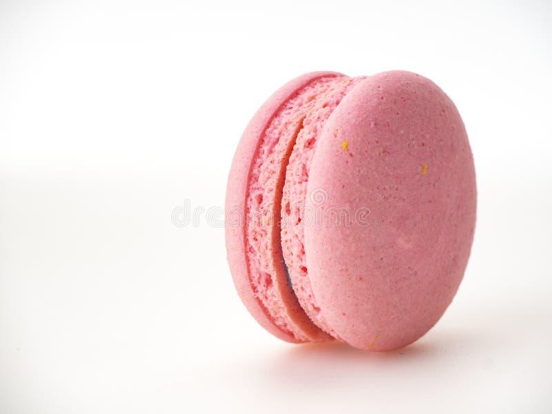 Macaron rose sur le fond blanc images libres de droits