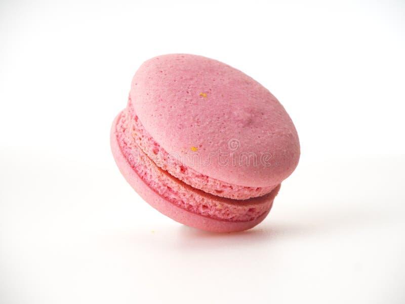 Macaron rose sur le fond blanc images stock