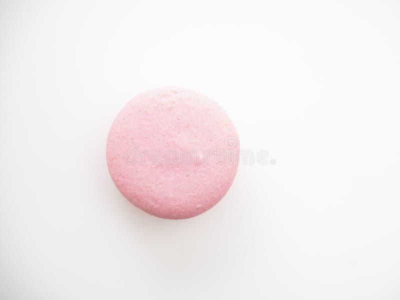 Macaron rose sur le fond blanc photos stock