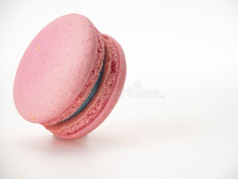 Macaron rose sur le fond blanc photo libre de droits