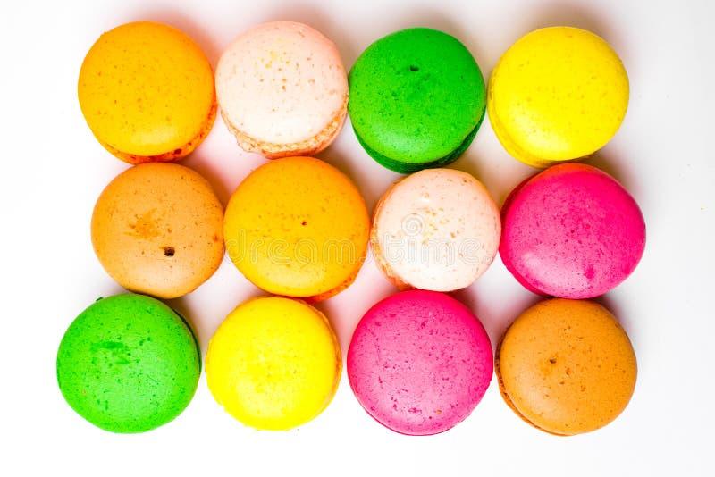 Macaron variopinto di rosa, dell'arancia, della mandorla dolce o dolce giallo, verde, marrone del dessert del maccherone isolato  fotografia stock