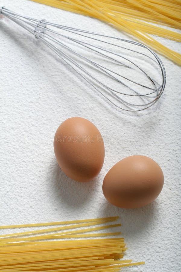 macaroni αυγών άψητο χτυπά ελαφρά στοκ εικόνες
