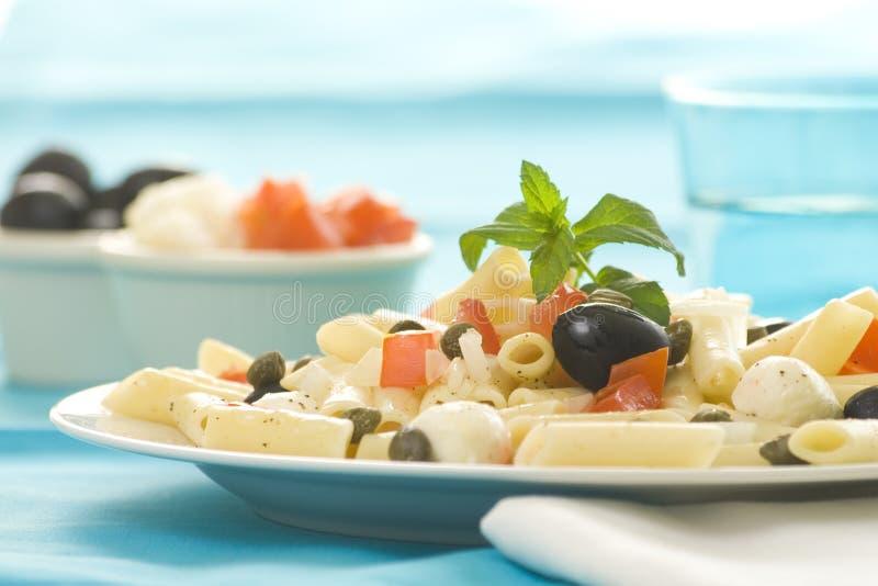 macaroni καπάρων ντομάτες σαλάτα&sig στοκ φωτογραφία