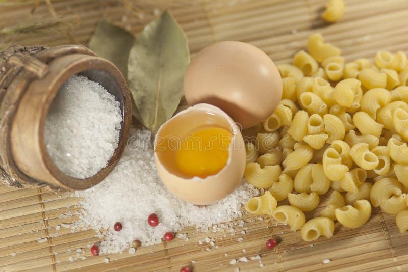 macaroni τροφίμων αυγών αλάτι στοκ φωτογραφίες