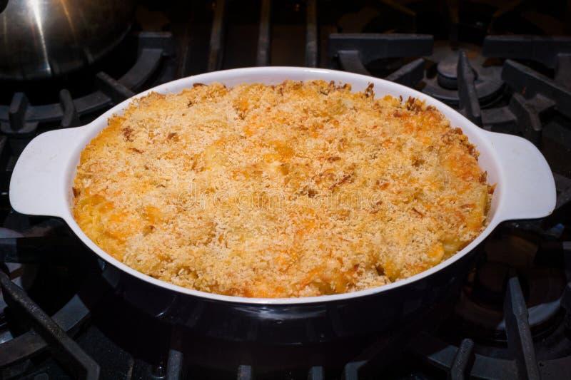 Macaroni en kaas in bakselschotel op stovetop royalty-vrije stock fotografie