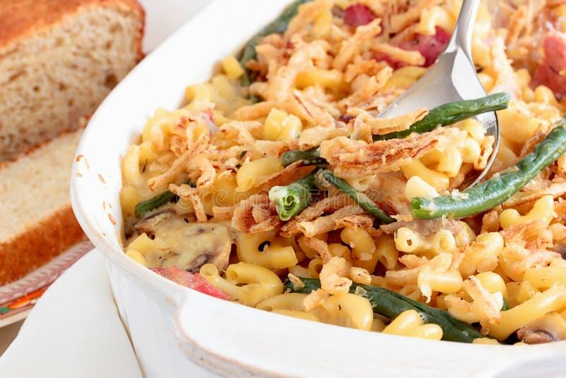 Macaroni en kaasbraadpan met gebraden uiringen die wordt bedekt royalty-vrije stock afbeelding