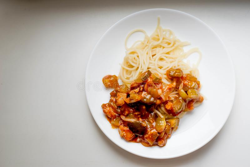 Macaroni met groenten en vlees stock afbeeldingen