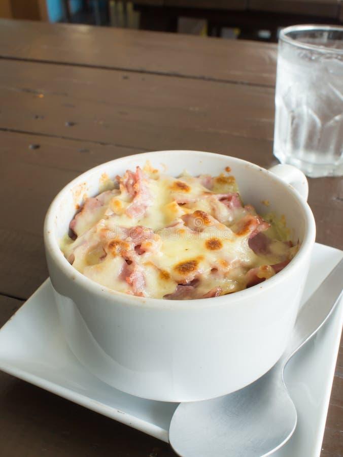 Macaroni met kaas in witte kop stock foto's