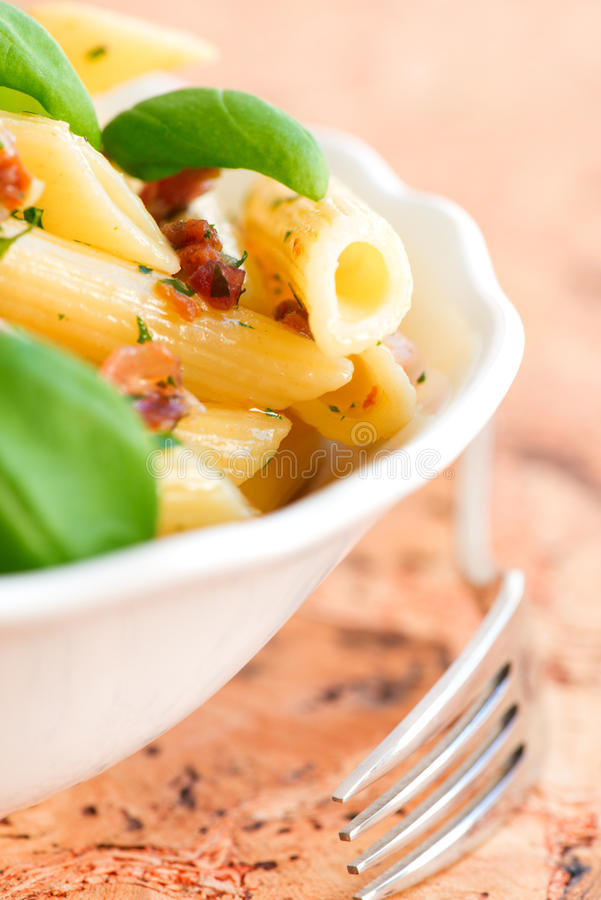 Macaroni met pesto dichte omhooggaand stock foto