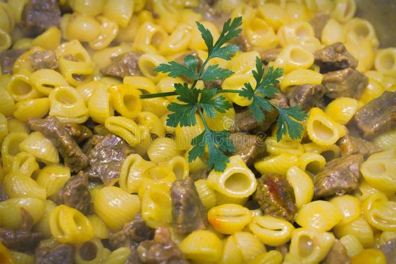 Macaronihutspot met vlees royalty-vrije stock foto