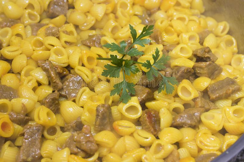 Macaronihutspot met vlees stock afbeelding