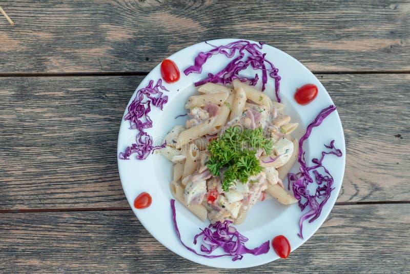 Macaronikaas en ham op houten achtergrond royalty-vrije stock foto's