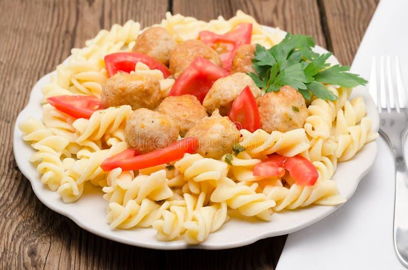 Macaronis avec des boulettes de viande images stock