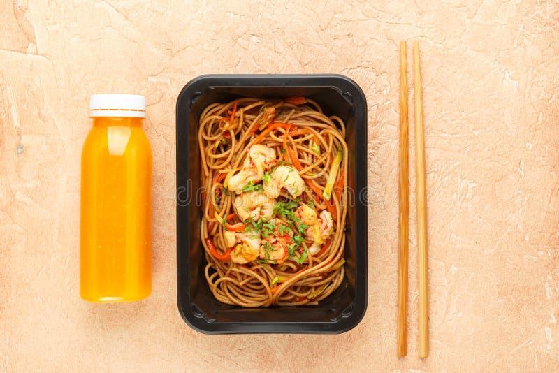 Macaronis avec des légumes et shrimpsSpagetti avec des crevettes et des légumes en articles pour la préparation de dîner photo stock