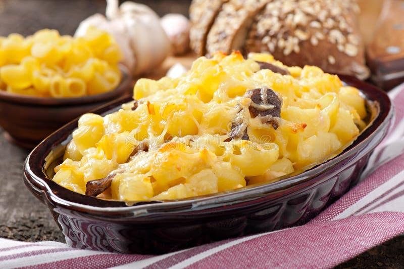 Macaronis avec du fromage, le poulet et les champignons photographie stock libre de droits