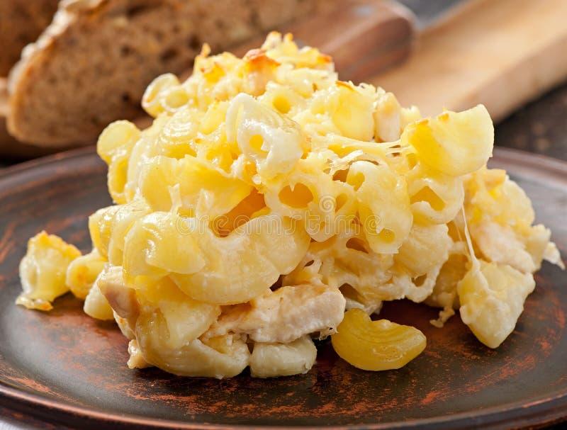 Macaronis avec du fromage, le poulet et les champignons image stock