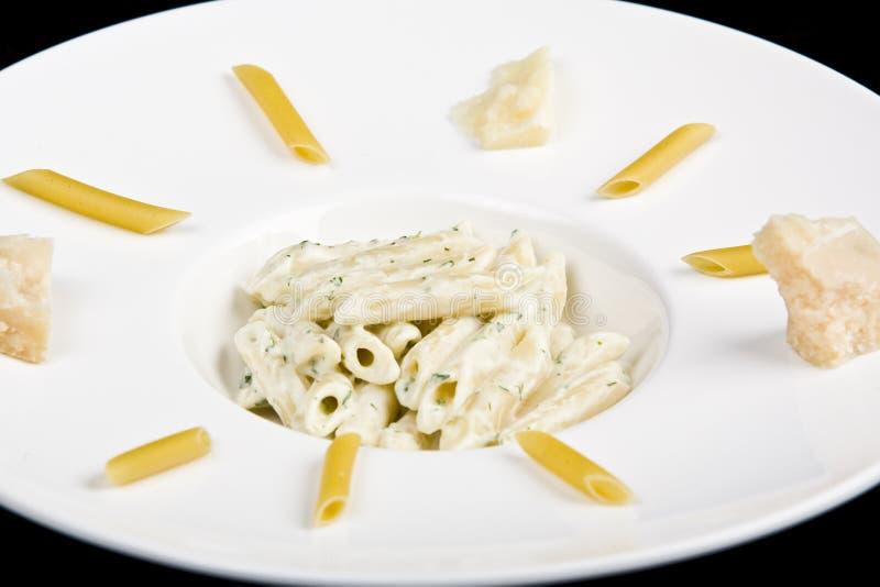 Macaronis avec du fromage parmezan et la sauce photographie stock