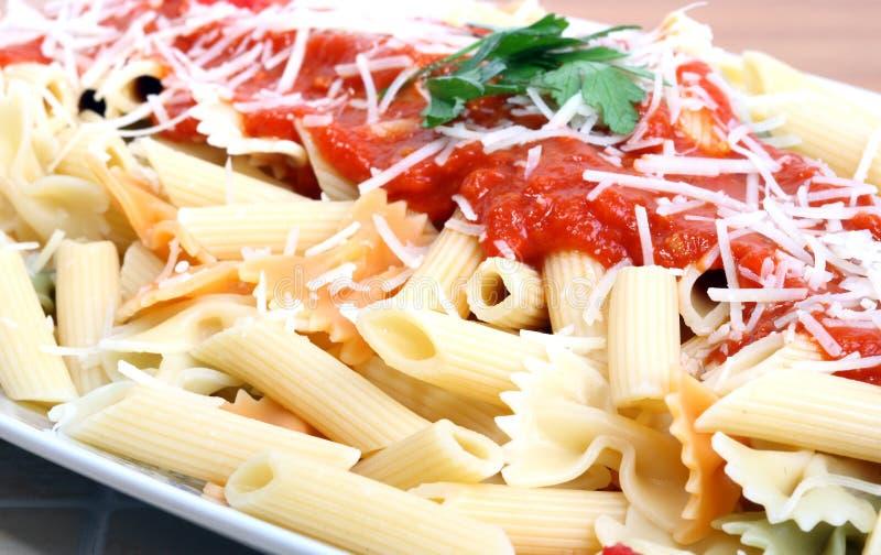 Macaronis avec la sauce tomate photo libre de droits