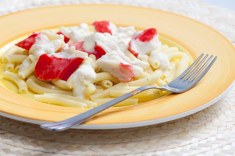 macaronis coupés avec le surimi photographie stock