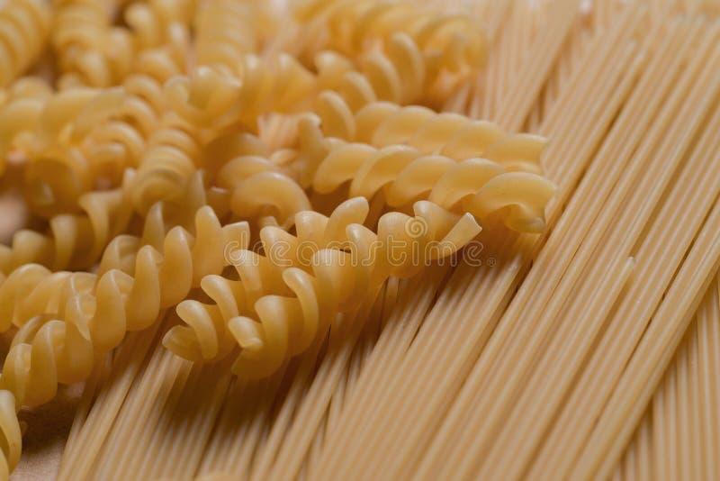 Macaronis crus de spaghetti de pâtes d'isolement image libre de droits