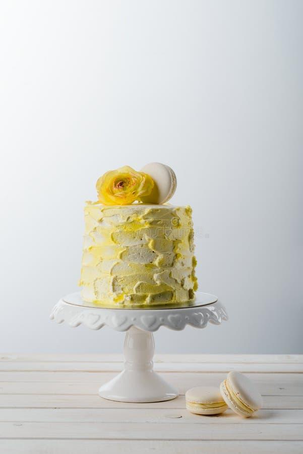 Macaronis, gâteau et fleur fraîche photos libres de droits