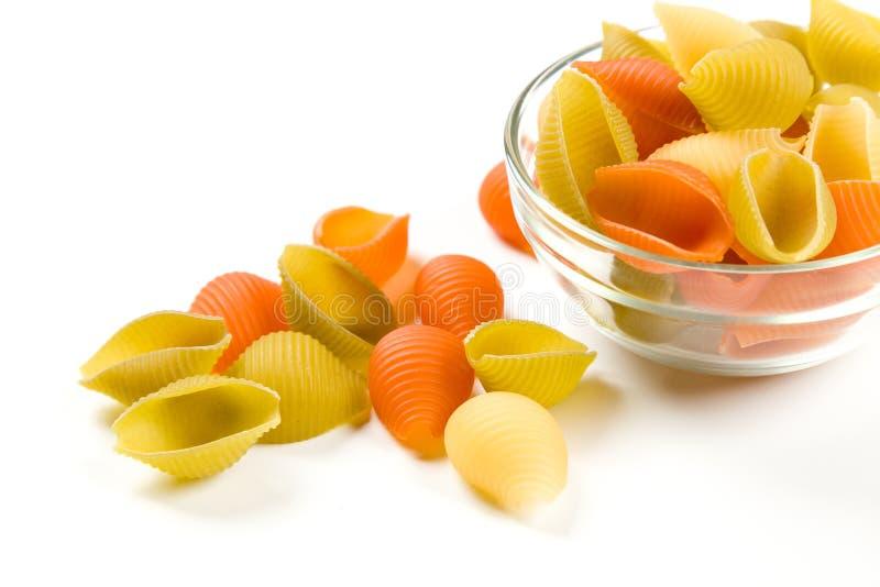 Macaronis italiens secs de pâtes d'isolement sur le blanc photo libre de droits