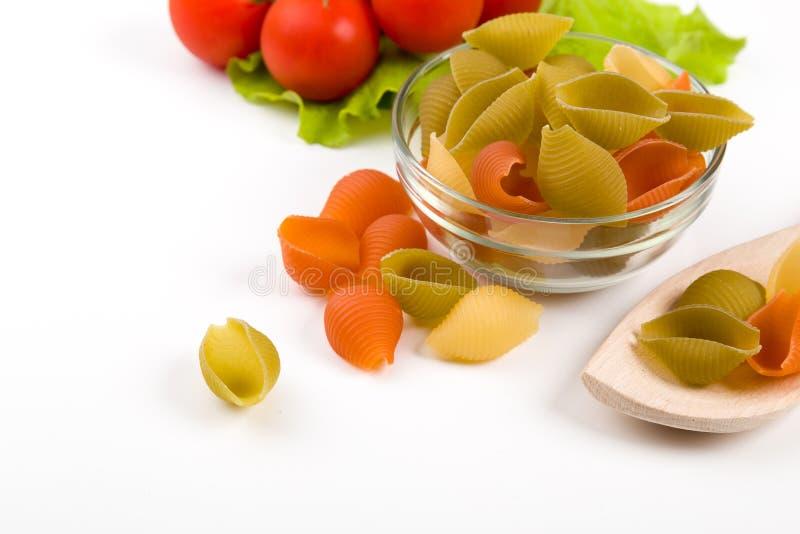 Macaronis italiens secs de pâtes d'isolement sur le blanc images libres de droits