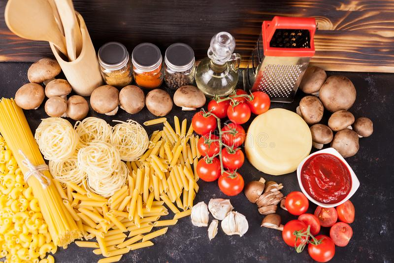 Macaronis, pâtes et spaghetti crus crus à côté des légumes frais et sains, image libre de droits