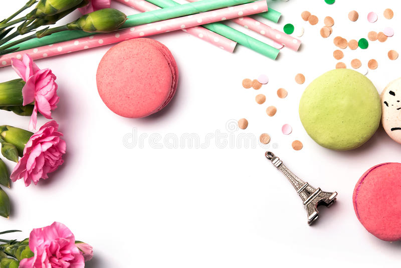 Macarons、花和纪念品埃佛尔铁塔在白色backgro 免版税库存图片