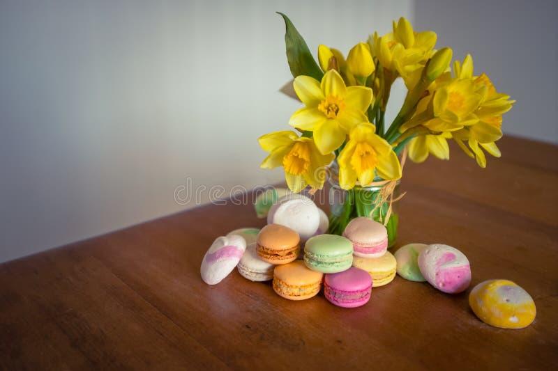 Macarons και λουλούδια στοκ φωτογραφία με δικαίωμα ελεύθερης χρήσης
