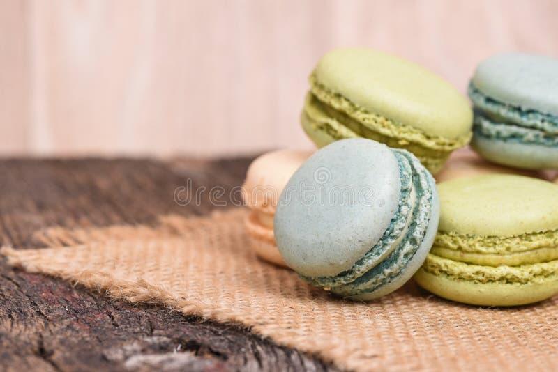 Macarons που συσσωρεύεται burlap στην πετσέτα στην αγροτική ρύθμιση στοκ φωτογραφία με δικαίωμα ελεύθερης χρήσης