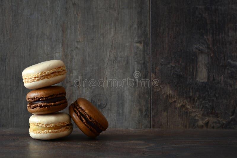 Macarons σε ένα αγροτικό ξύλο στοκ φωτογραφία με δικαίωμα ελεύθερης χρήσης
