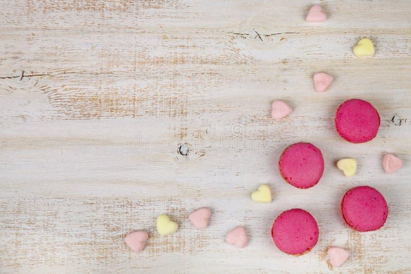 Macarons и зефиры клубники стоковая фотография