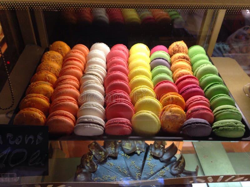 Macarons на дисплее на кафе стоковое изображение rf