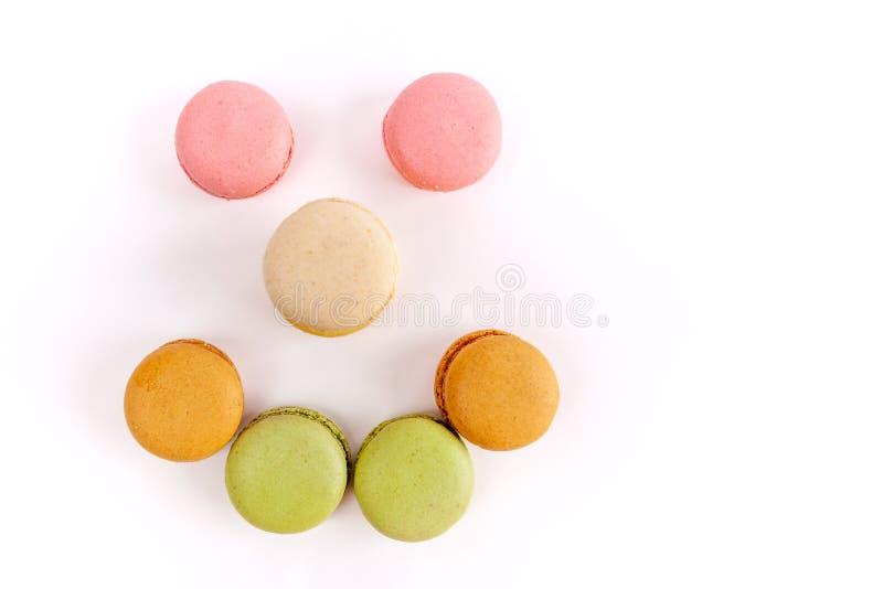 Macarons a arrangé dans une forme de visage souriant image libre de droits