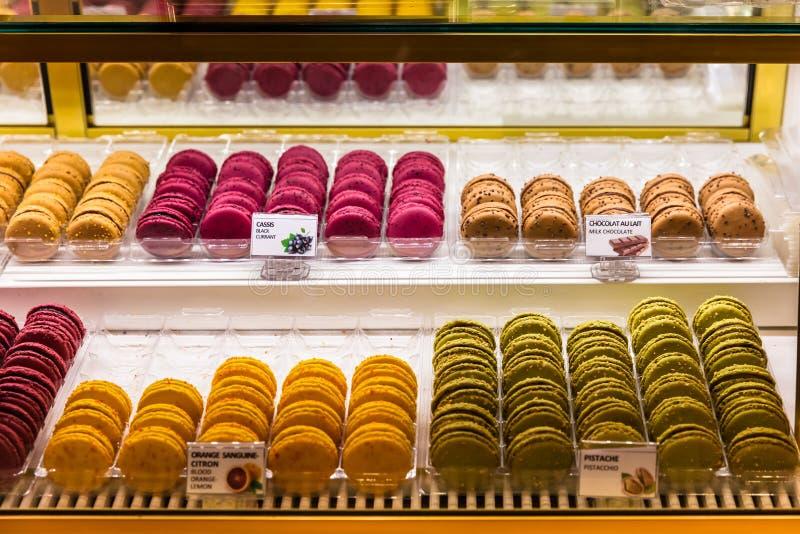 Macarons auf Anzeige in einer französischen Konditorei Paris, Frankreich stockbilder