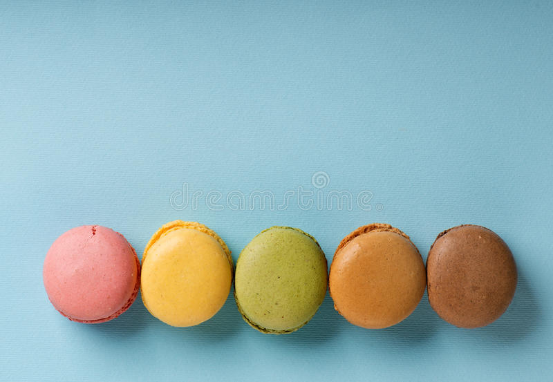 Macarons auf Blau stockbilder