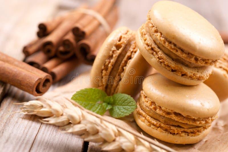 Macarons avec des bâtons de cannelle image stock